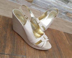 Creme/goldfarbene Sandalen mit Keilabsatz