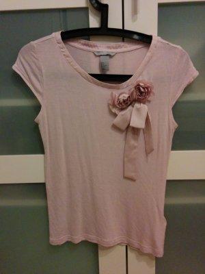 Creme-rosa T-Shirt mit angestecker Rose und Schleife