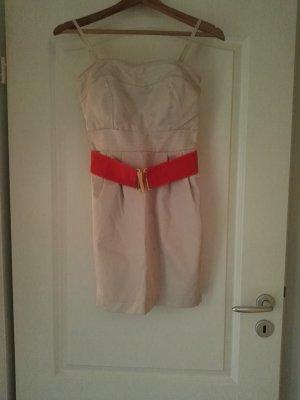 Cremebeiges Kleid mit pinkem Gürtel