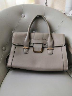 Cremefarbene Handtasche mit goldenen Elementen