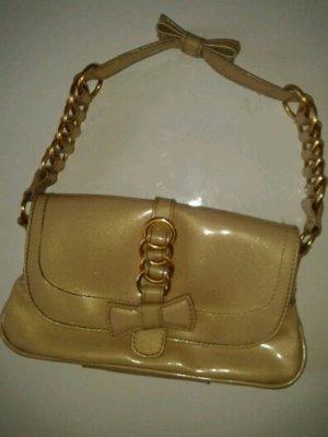 Cremefarbene Lacklederhandtasche mit goldenem Dekor, MANGO