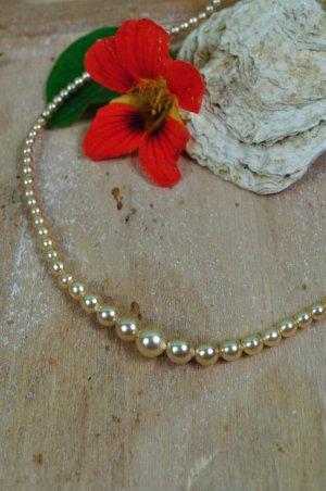 Cremefarbene Perlenkette mit Perlen in unterschiedlicher Größe