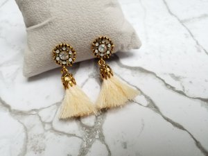 cremefarbene Quasten Ohrringe mit goldener Fassung und kleinen Steinchen