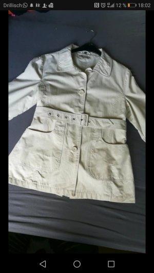Cremefarbener Trenchcoat mit Gürtel