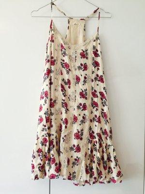 Cremefarbenes Blumenkleid mit Volant und Spitze