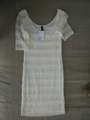 cremefarbenes Kleid aus Spitze