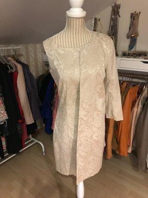 Cremefarbenes Kleid mit dazu passendem Longblazer