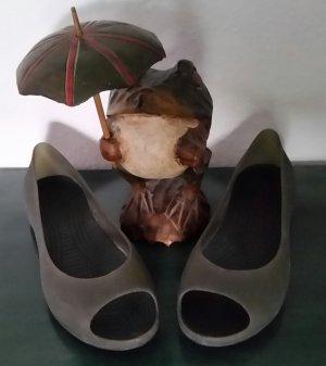 Crocs Bailarinas con tacón con punta abierta caqui