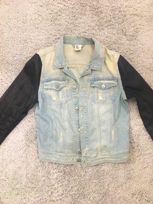Cropped Jeansjacke mit schwarzen 'Leder'-Ärmeln