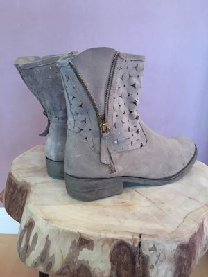 Cut-Out-Stiefelette in beige