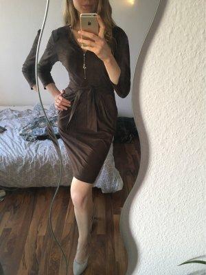 Falda estilo lápiz marrón oscuro