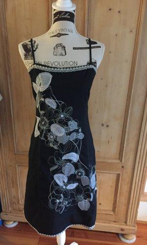 Das kleine Schwarze - Bezauberndes Trägerkleid mit Blumenapplikationen