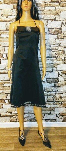 Das verzierte Kleid ist ein Blickfang auf jeder Party
