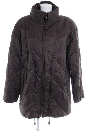 Abrigo de plumón marrón oscuro look casual