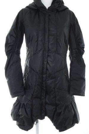 Abrigo de plumón negro look casual