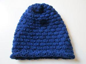 Chapeau en tricot bleu métal