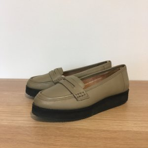 Deena & Ozzy – Flache Plateau-Loafer in Taupe