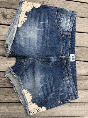 Denim-Shorts mit schöner Stickerei