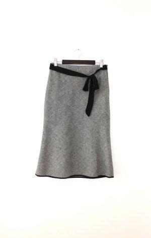 Der grau-melierte Rock wirkt elegant und feminin...!