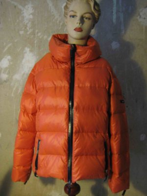 Der Winter naht - Exklusive St. Emile Designer Daunenjacke, Must-have für den Winter in Orange