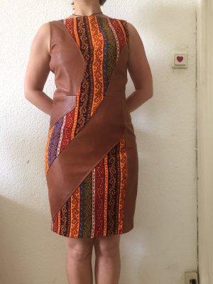 Designerkleid aus Lammleder und traditionellem kurdischen Stoff