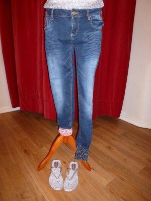 Desigual - Jeans mit bunten Stickereien, Gr. 38 - in hervorragendem Zustand