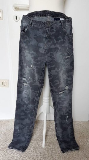 destroyed Jeans mit Camouflage-Muster