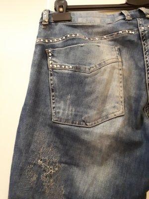 destroyed Jeans mit Nieten