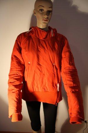 dicke, rote, kuschelige Winterjacke mit Kapuze