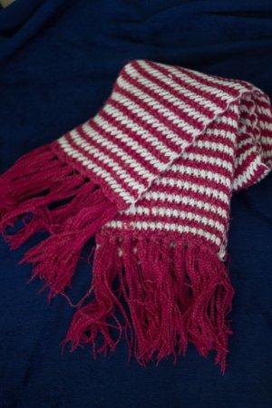 Dicker pink-weiß gestreifter Schal mit Fransen