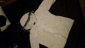 *dickere weiße Jacke*