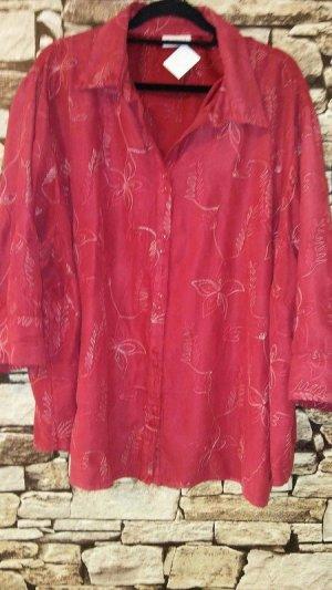 Die Bluse mit hübschen Stickereien vervollständigt die moderne Garderobe