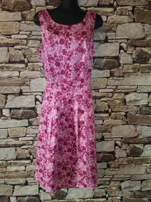 Die figurumspielende Form und der florale Alloverprint machen das Kleid  von ANNE L.