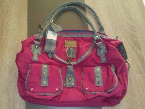 Die Handtasche von Catwalk setzt auf einen inspirierten Allover-Look in Pink ,