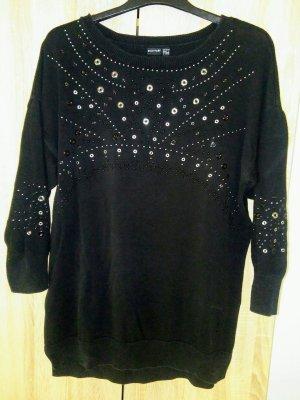 Dieser exklusive Pullover mit Nieten verleiht jedem Outfit einen eleganten Stil.