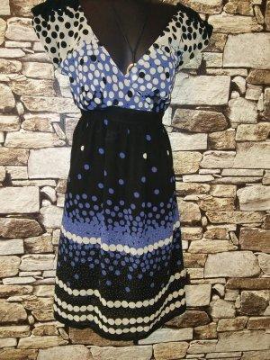 Dieses Kleid von PROMOD ist ein wunderbares Beispiel für feminines Design
