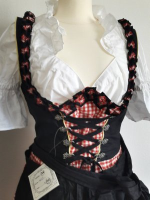 Dirndl in Größe 34 rotkariert mit schwarzer Schürze und weißer Bluse.