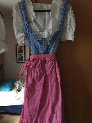 *Dirndl* in Hellblau mit Bluse und Schürze