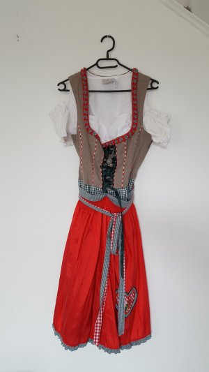 Dirndl in traditioneller Optik