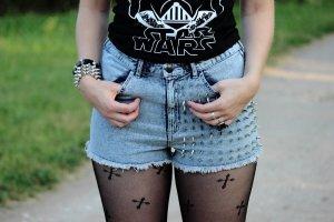 DIY acid washed Jeans Shorts mit Nieten