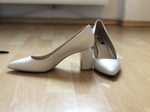 DKNY High-Front Pumps white