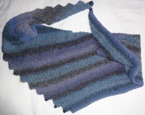 ***Drachenschwanz-Schal in Blautönen selbst gestrickt***