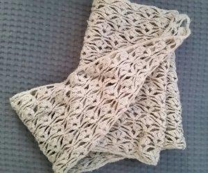 Dünner Dreieckschal mit langen Handschuhen
