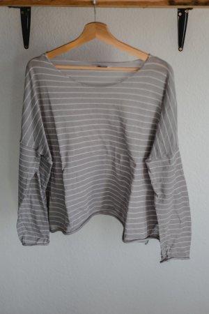 Dünner grau gestreifter Pullover