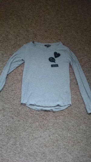 Dünner grauer Pullover mit schwarzen Aufnähern