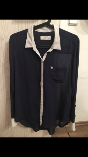 Dunkelblaue Bluse mit weißem Kragen