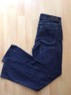 Dunkelblaue gerade geschnittene Jeans