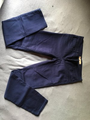 Dunkelblaue Hose aus dickem Stoff