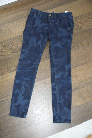 Dunkelblaue Hose im Camouflage-Print von Zara Woman