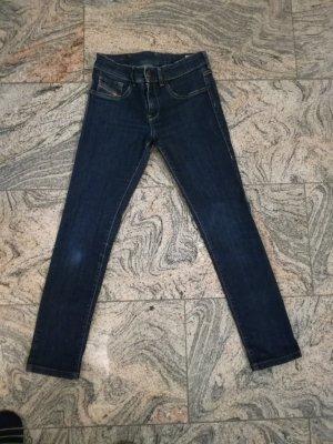 Dunkelblaue Jeans der Marke Diesel
